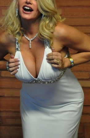 https://commons.wikimedia.org/wiki/File:Cleavage_(5348024515).jpg